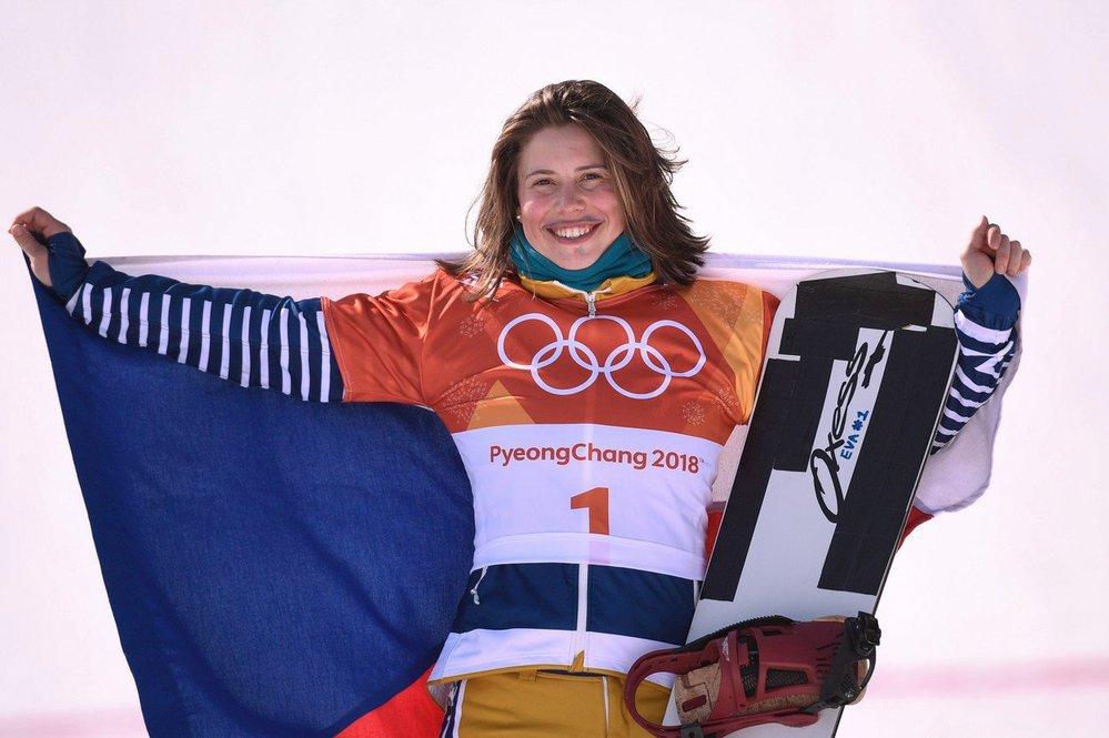 Eva Samková s typickým nakresleným knírkem se v dramatickém finále propracovala na bronzovou pozici v samém závěru z posledního šestého místa.