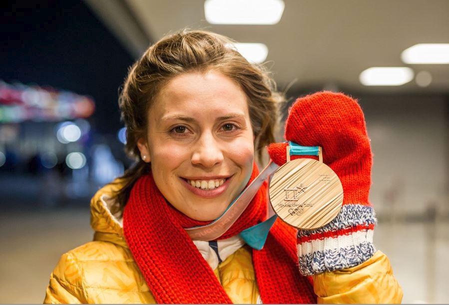 Eva Samková slaví zisk bronzové medaile na olympiádě.