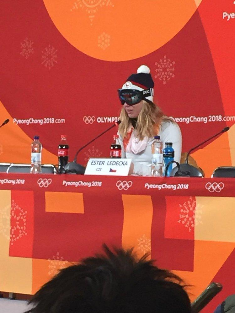 Ester Ledecká na tiskové konferenci v brýlích po zlatém závodu. Neměla jsem s sebou make-up, vysvětlila to.