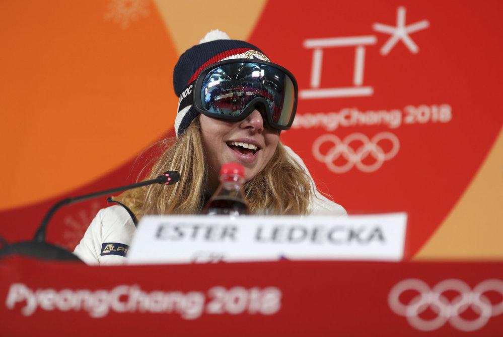 Na tiskové konferenci po zlatém závodu si Ester Ledecká nesundala brýle