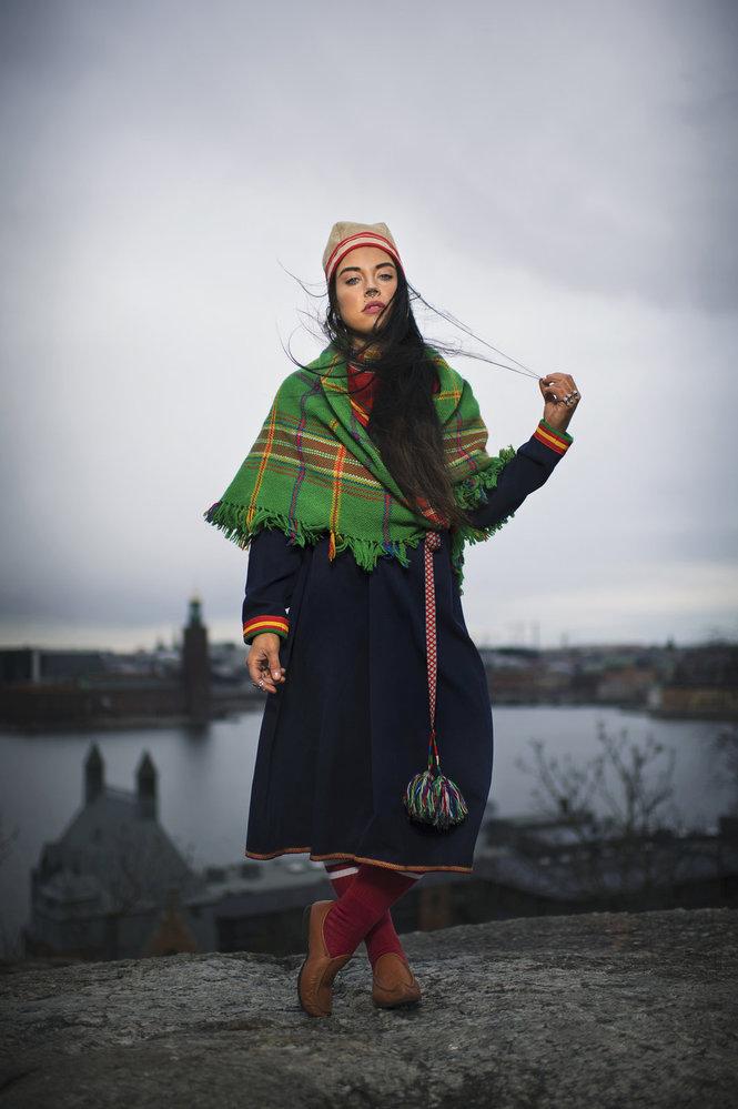 Zpěvačka Maxida Märak pózuje v tradičním oděvu zvaném gákti.