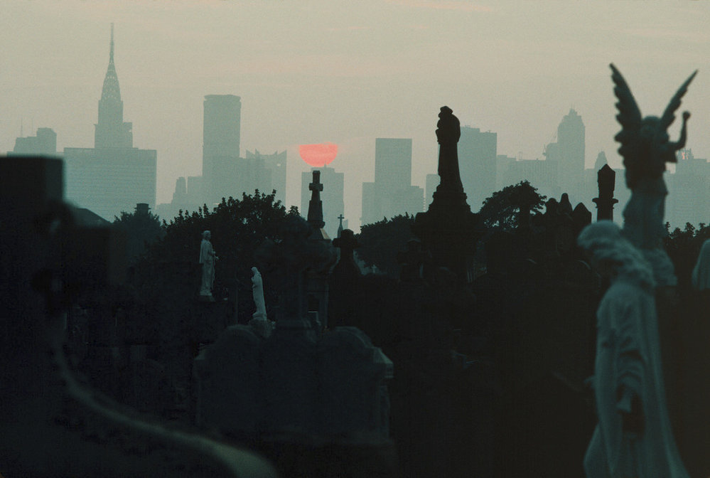 Manhattan pohledem z hřbitova v Queens.