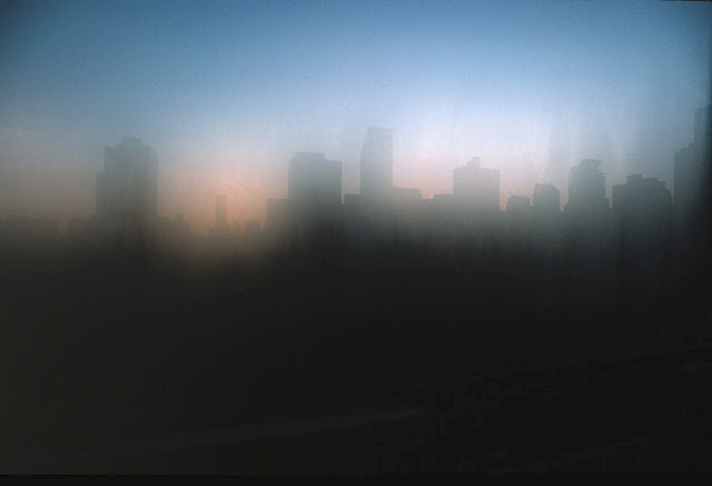 Manhattan skrze zamlžené okno.