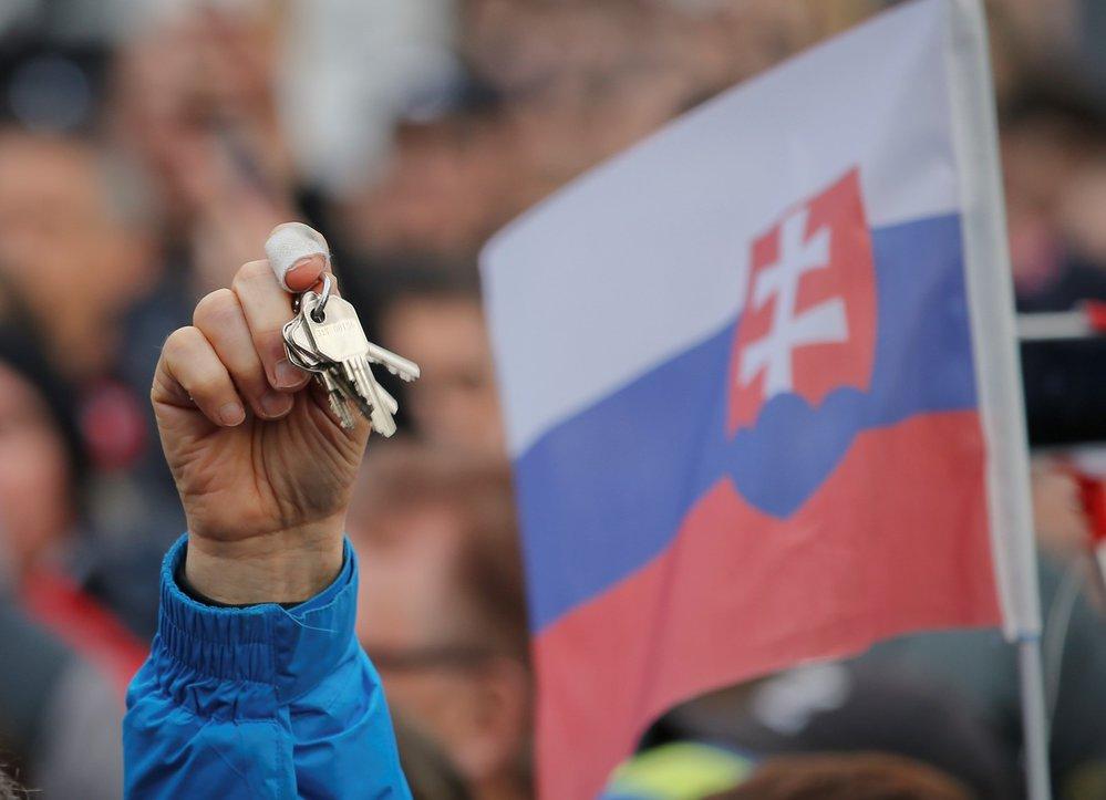 Lidé proti vládě v Bratislavě protestovali i cinkáním klíčů podobně jako při Sametové revoluci (16. 3. 2018)