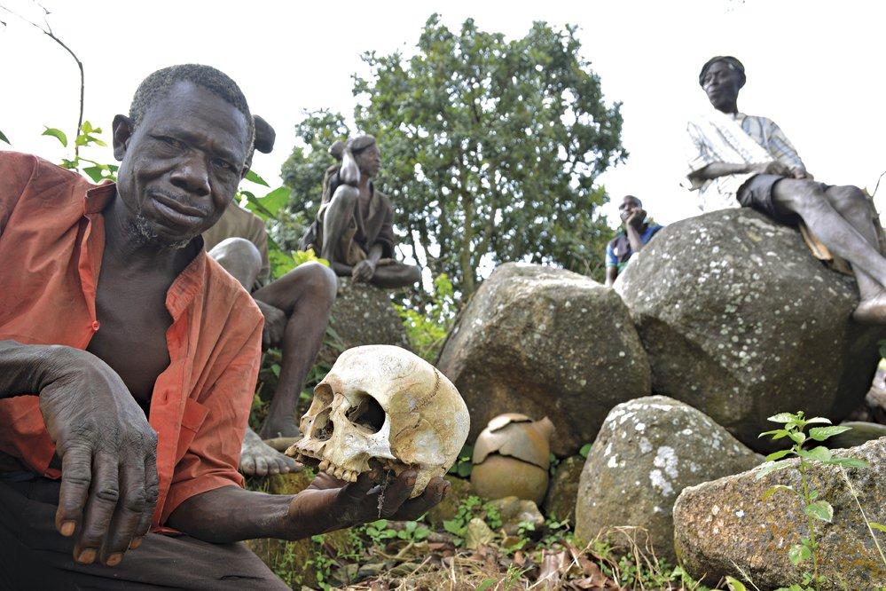 Ostatky soukmenovců a předků se zde těší velké úctě a rituály spojené se smrtí sahají po dlouhý čas po samotném pohřbu.