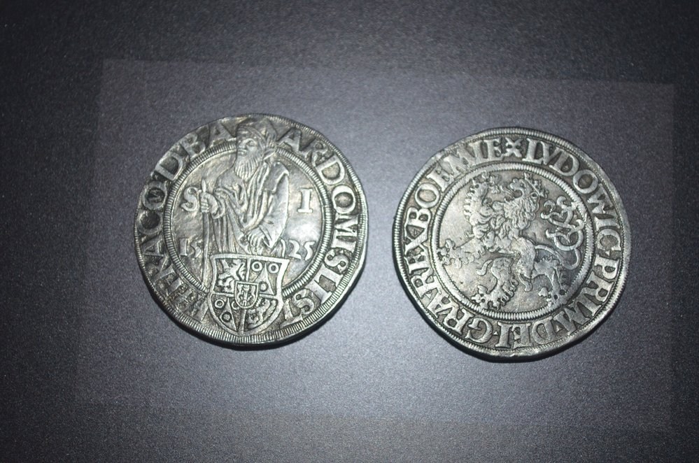 Český stříbrný tolar z Jáchymova z roku 1526.