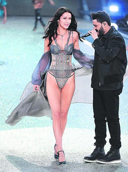 The Weekndem s modelkou.