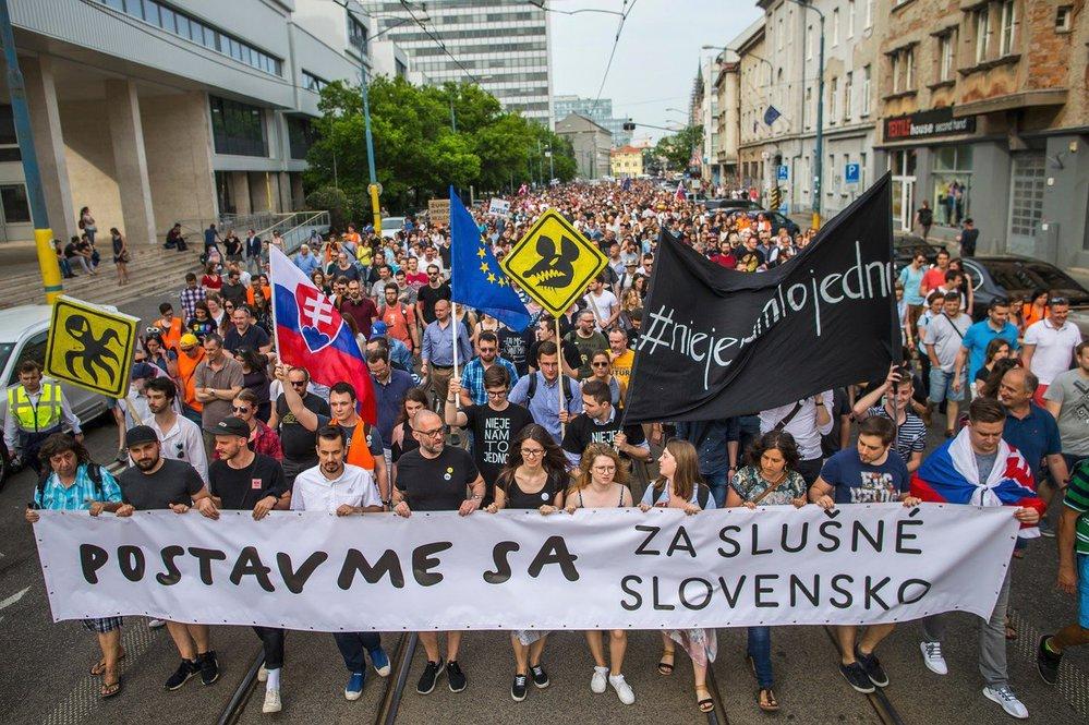 V předvečer plánované svatby zavražděného novináře Jána Kuciaka a jeho snoubenky Martiny Kušnířové se na Slovensku konají další protesty proti vládě a situaci v RTVS (4.5.2018)