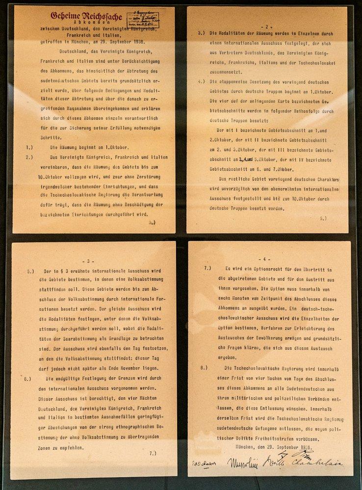 Německá verze Mnichovské dohody má 4 strany, v ostatních jazycích jen tři. Je to kvůli většímu písmu, Hitler viděl špatně nablízko.