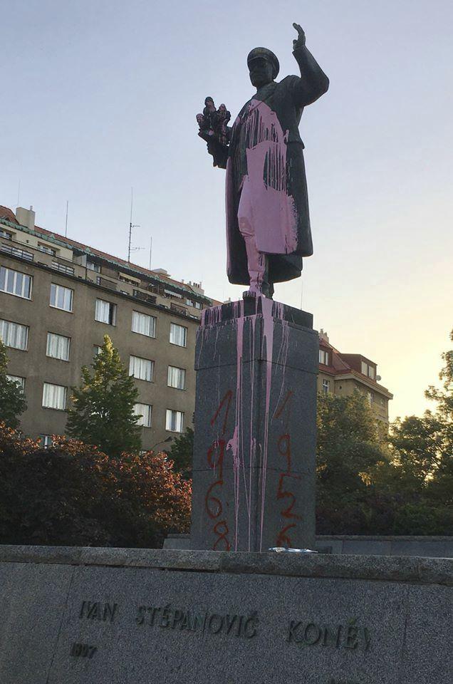 Posprejovaná socha maršála Koněva.