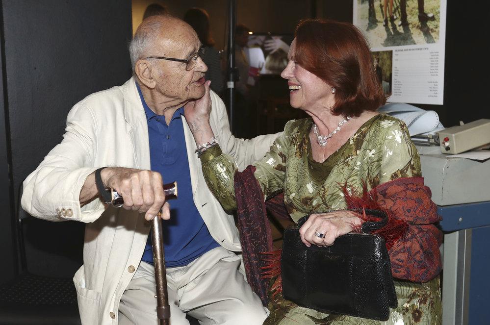 Místo podání ruky ho Iva Janžurová (76) na výstavě něžně pohladila po tváři.