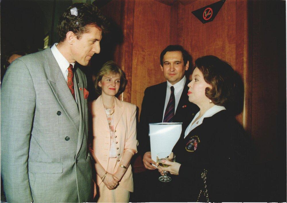Slavnostního otevření McDonald´s se zúčastnila i americká velvyslankyně Shirley Temple (vpravo)