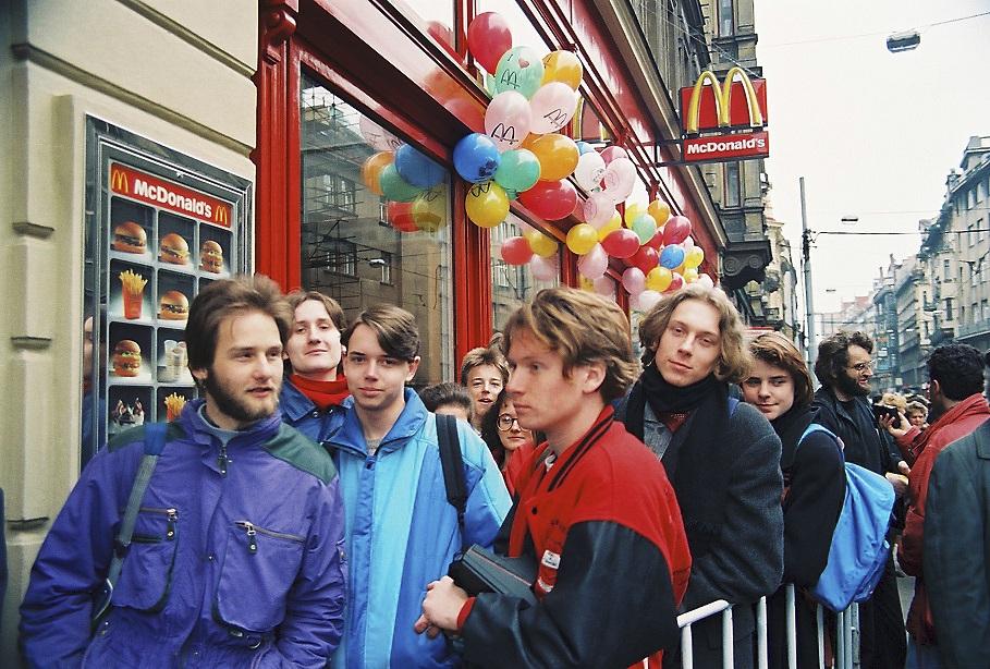 Kdo chtěl být v březnu roku 1993 v Praze in, vzal si šusťákovku a stoupl si do fronty