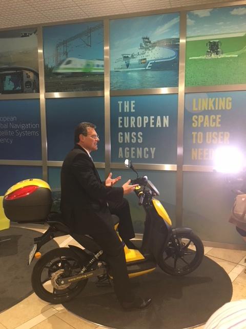 Maroš Šefčovič, slovenský eurokomisař pro energetickou unii a mobilitu, v Praze v sídle GSA představil priority EU v oblasti satelitní navigace.