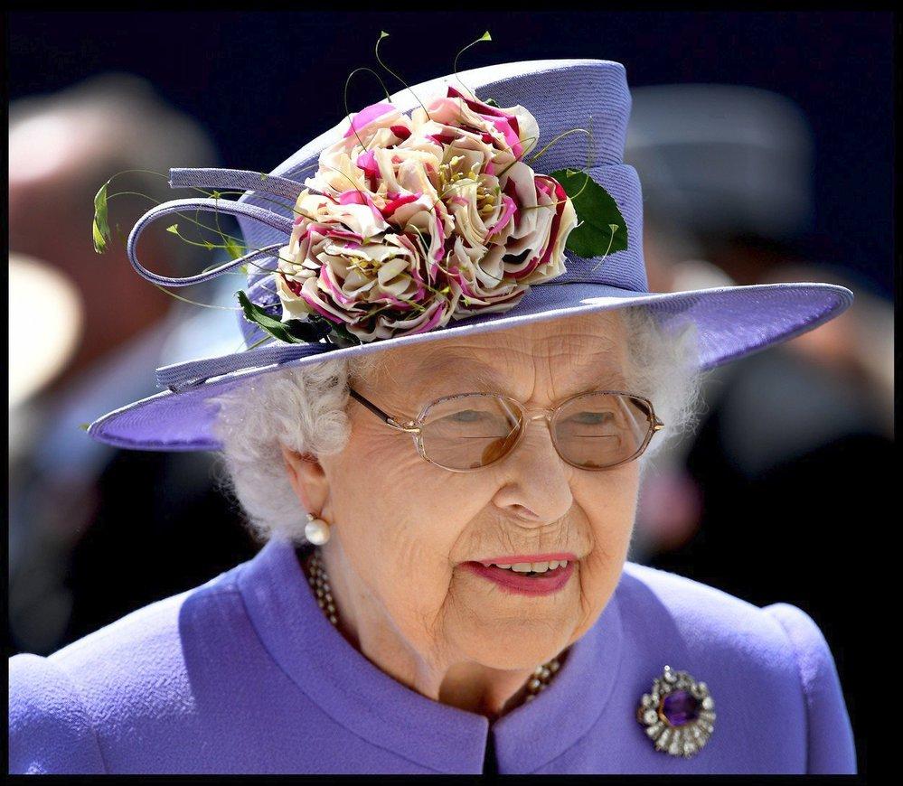 Královna Alžběta II. na dostizích