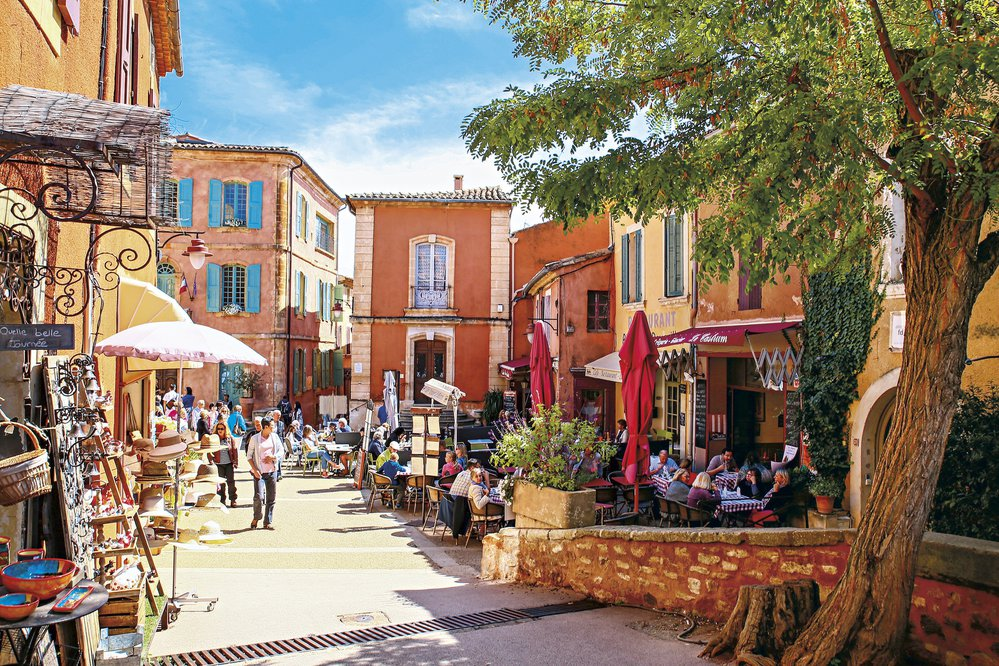 Poklidná letní atmosféra v ulicích Roussillonu