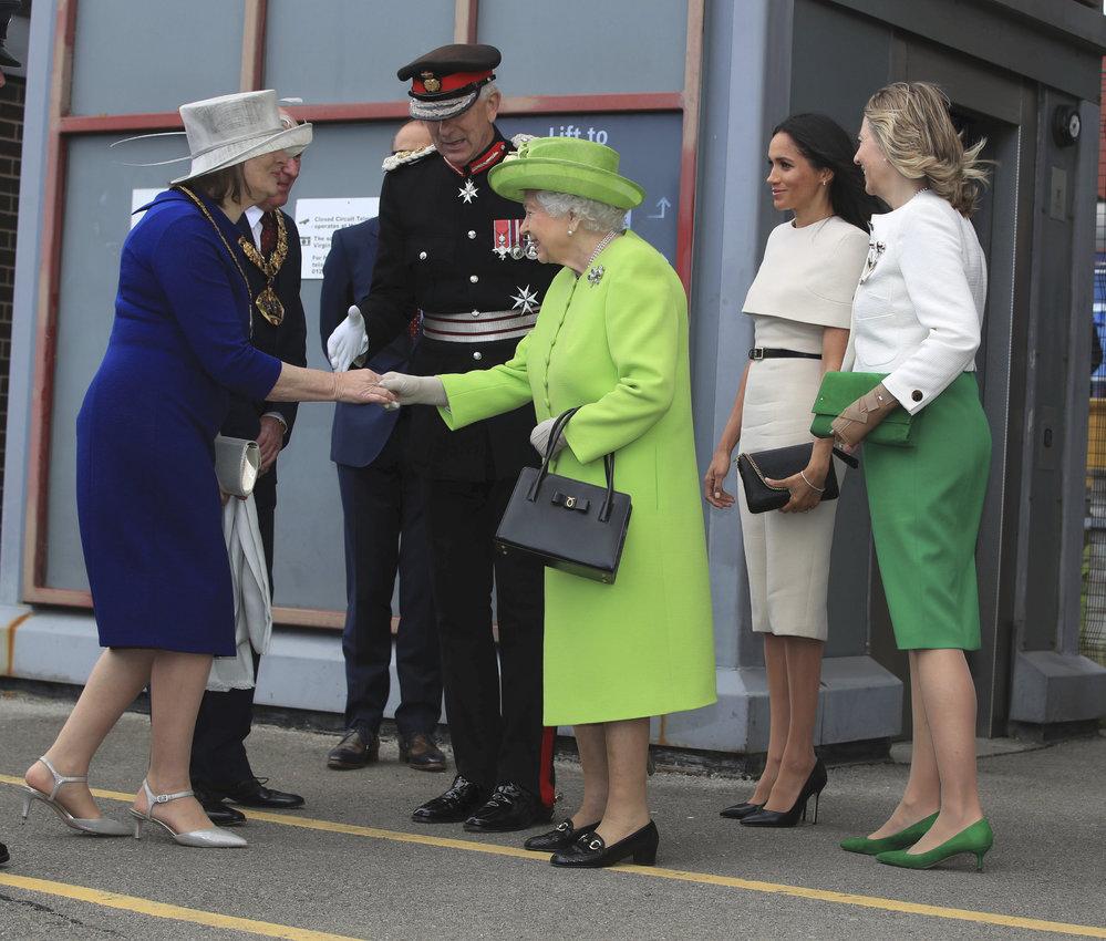 Královna Alžběta s vévodkyní ze Sussexu Meghan v Cheshire