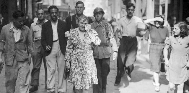 Ženám obviněným z kolaborace byly veřejně ostříhany hlavy dohola.