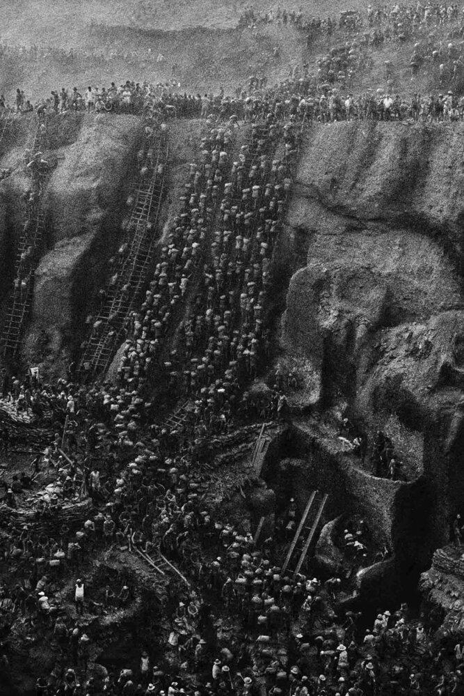 Fotograf zachytil přelidněný zlatý důl a otrocké podmínky práce