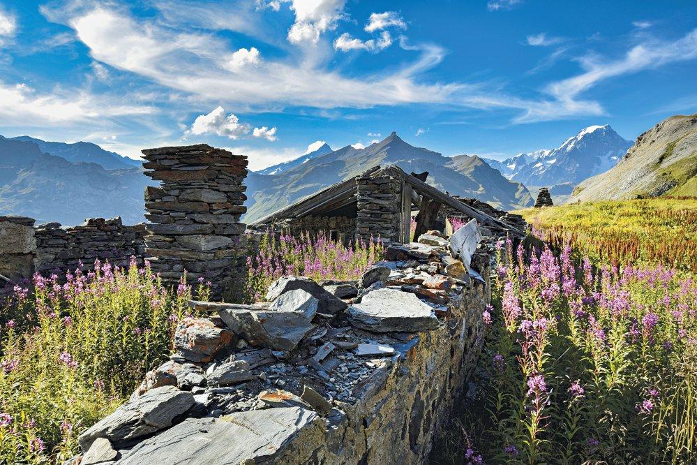Velký Svatobernardský průsmyk mezi Mont Blankem aMonte Rosou. Prochází tudy hranice mezi Francií aItálií. Zbytky kamenných salaší jsou připomínkou kdysi těžkého života nastrmých svazích Alp.