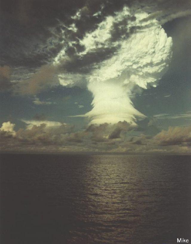 Pokusy jaderných zbraní na kolorovaných fotografiích pocházejí převážně z USA.