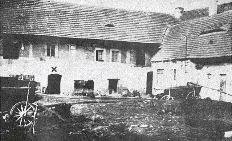 2. Lidice, 30. léta minulého století: Dolní dvůr rodinného Horákova statku. Písmeno X označuje vstup do sklepa, kde byli vnoci z9. na 10. června 1942 shromažďováni nacisty muži starší 15 let.