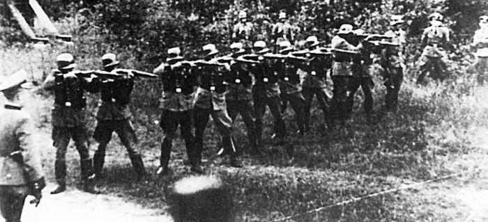 13. Lidice, 10. června 1942: Vojáci SS vraždí lidické muže.