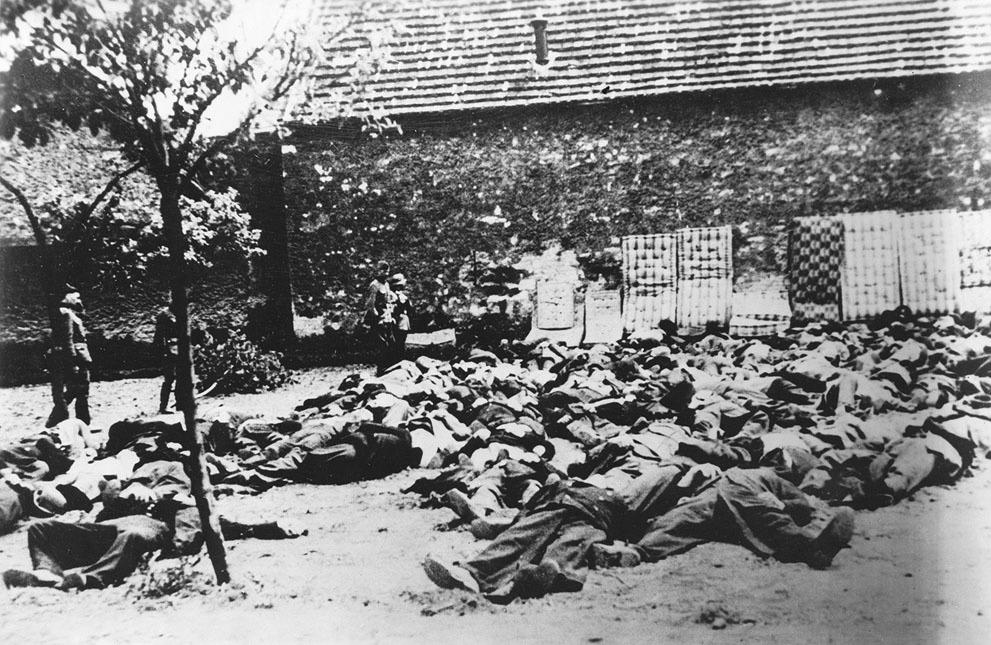 14. Lidice, 10. června 1942: Zavraždění lidičtí muži na Horákově statku. Matrace u stěn sloužily ktomu, aby se kulky neodrážely.