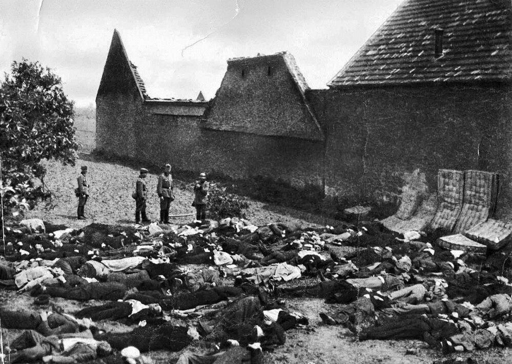 15. Lidice, 10. června 1942: Zavraždění lidičtí muži na Horákově statku.
