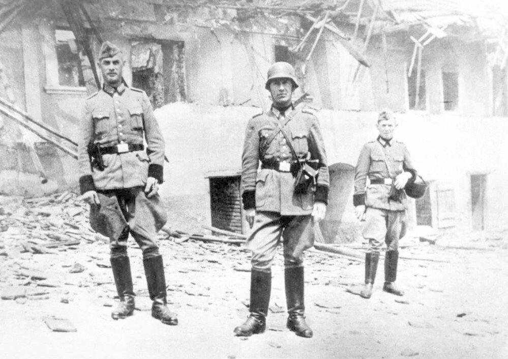 16. Lidice, 10. června 1942: Nacističtí vojáci u domů, které vypálili a pak zničili.