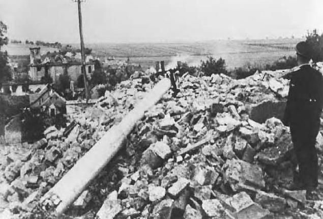17. Lidice, 10. června 1942: Vesnice se rychle měnila na trosky.