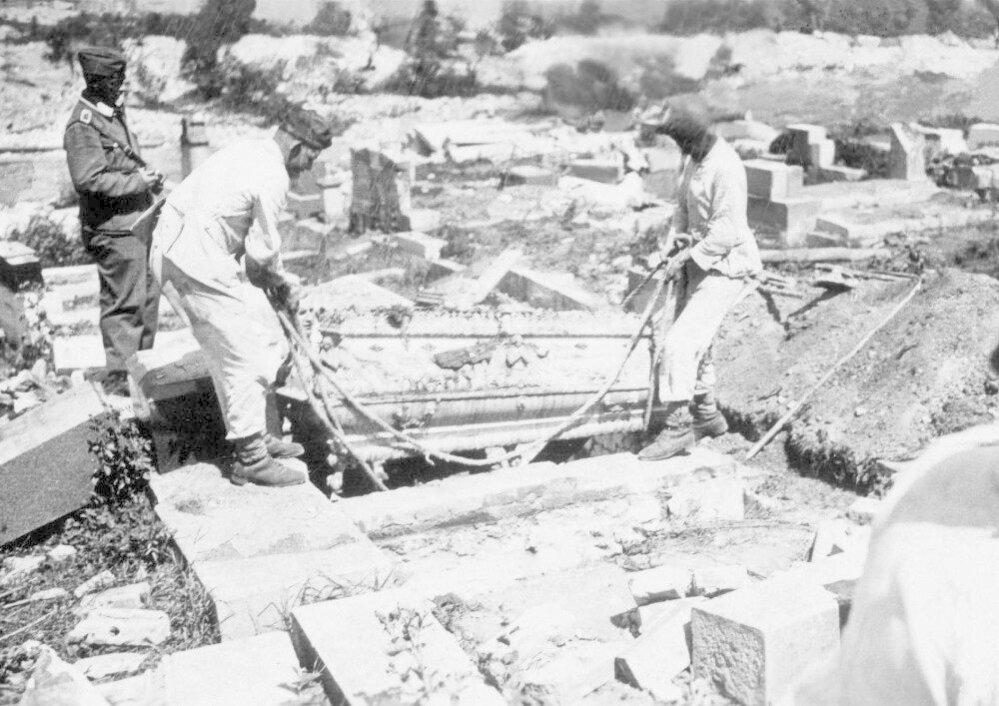 21. Lidice, červen 1942: Němci nejenom zničili hřbitov, ale dokonce exhumovali i hroby.