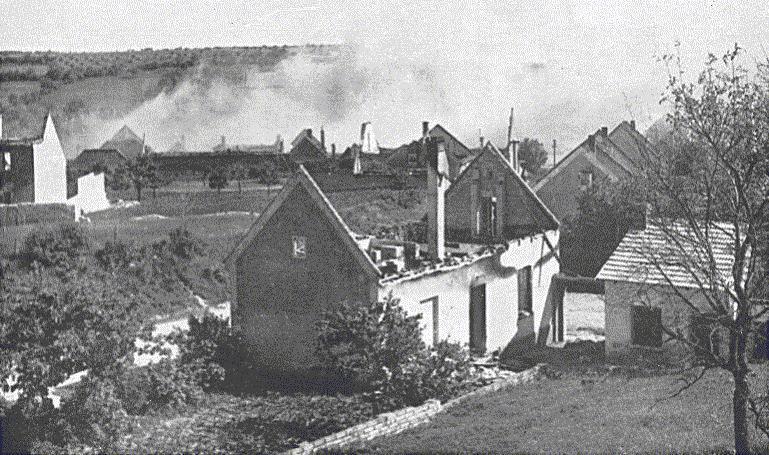 22. Lidice, červen 1942: Nejdříve byly domy vypáleny a pak postupně ničeny.