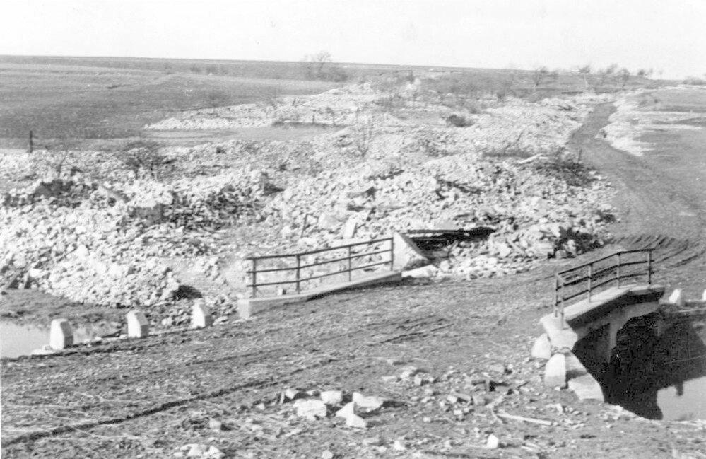 24. Lidice, červenec 1942: Tohle zbylo zvesnice zhruba měsíc po masakru.