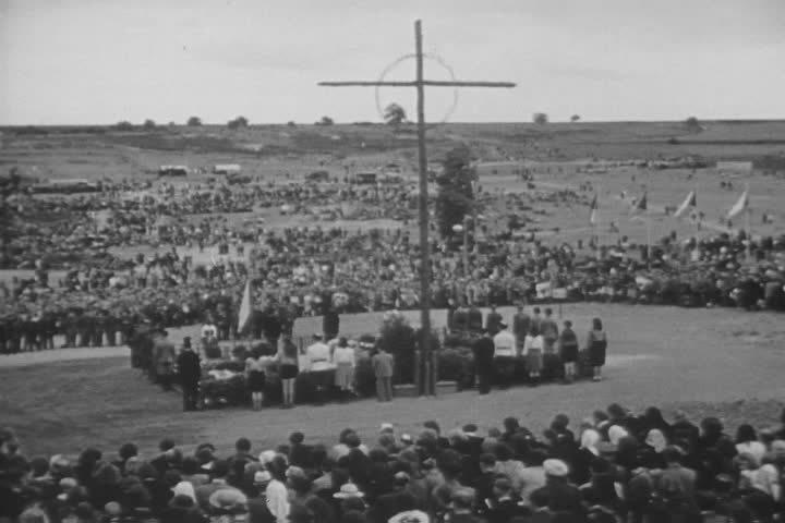 27. Lidice, červen 1945: Poválečná první velká vzpomínka na zavražděné a odvlečené.