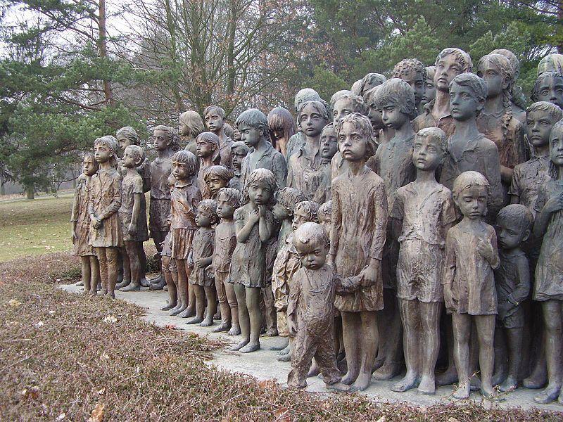 29. Lidice, současnost: Památník lidickým dětem.