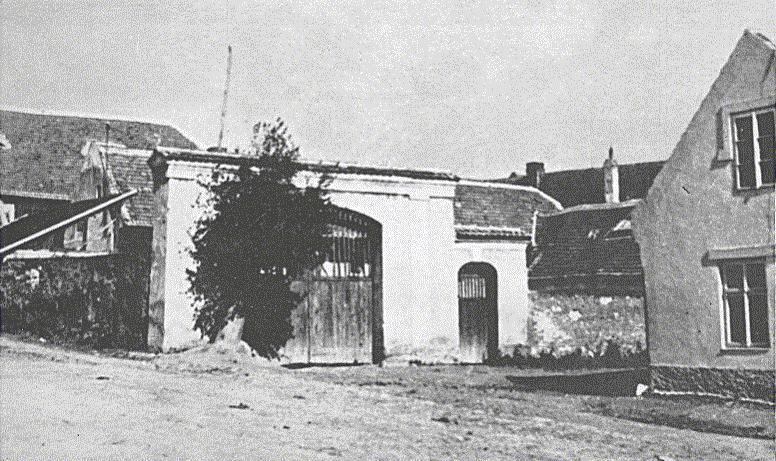 4. Lidice, 30. léta minulého století: Brána do dvora Horákova statku, kde bylo 10. června 1942 nacisty zavražděno 173 lidických mužů.