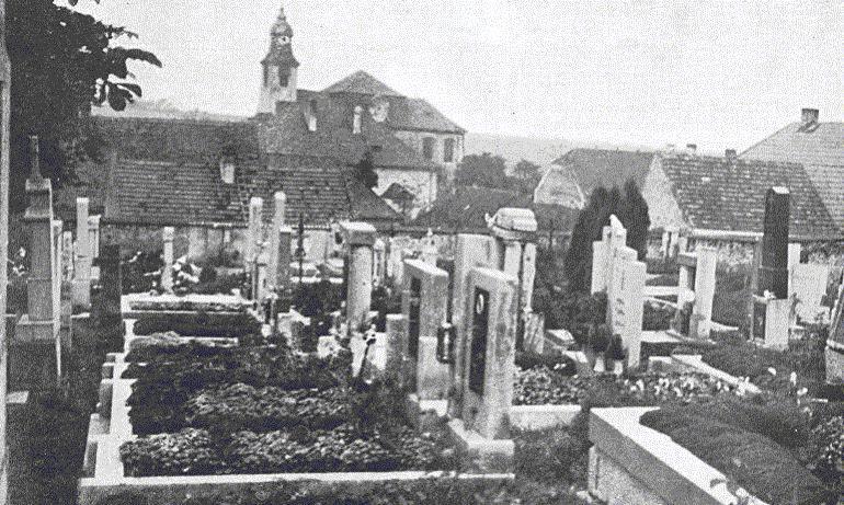 5. Lidice, 30. léta minulého století: Hřbitov, vpozadí kostel svatého Martina.
