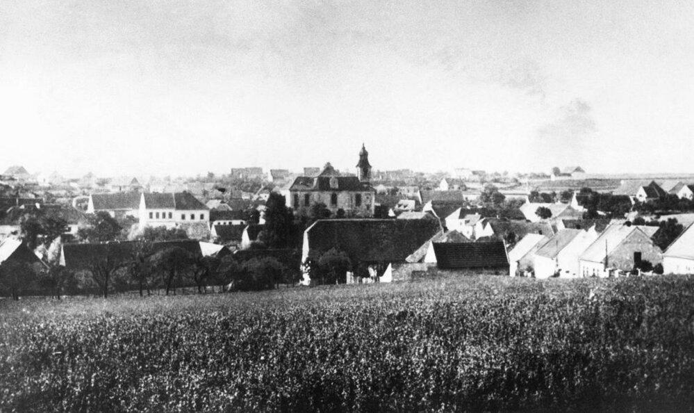 9. Lidice, 30. léta minulého století: Kostel svatého Martina stál téměř uprostřed vesnice.