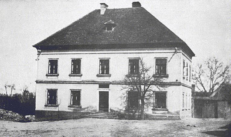 10. Lidice, 30. léta minulého století: Místní škola, kam původně nacisté 10. června 1942 nahnali ženy sdětmi.