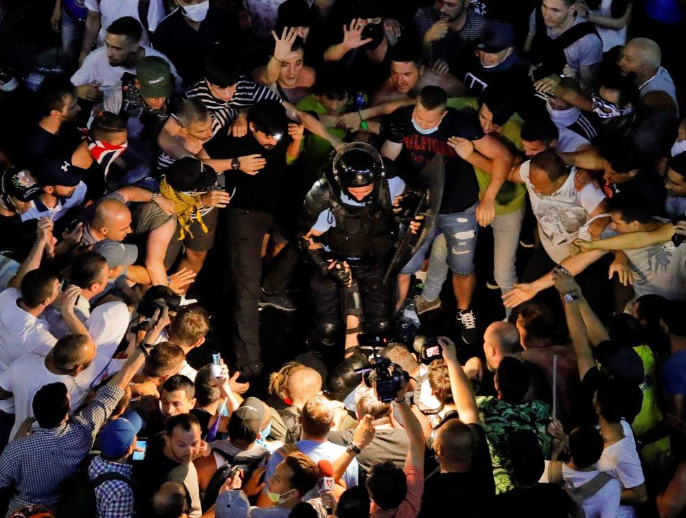 Ve vlnu násilností se v pátek zvrhla protivládní demonstrace v rumunské metropoli Bukurešti. Zraněno při ní bylo více než 440 lidí a v nemocnici skončilo dalších 65 lidí, z toho devět policistů. Policie proti demonstrantům použila slzný plyn a vodní děla.