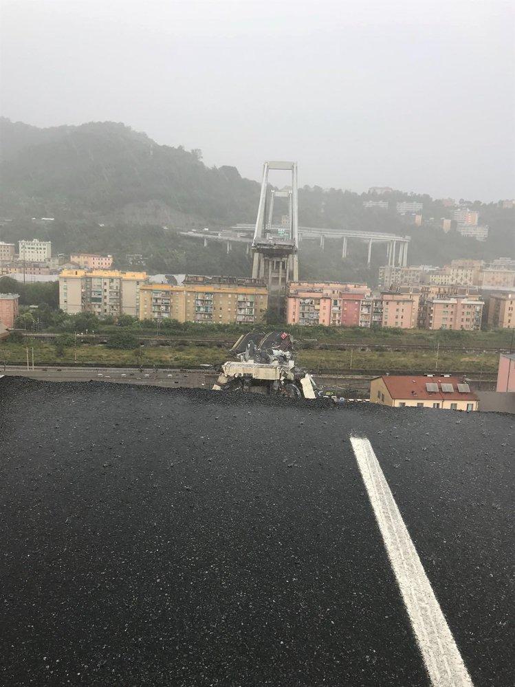 V italském Janově se zřítila část mostu