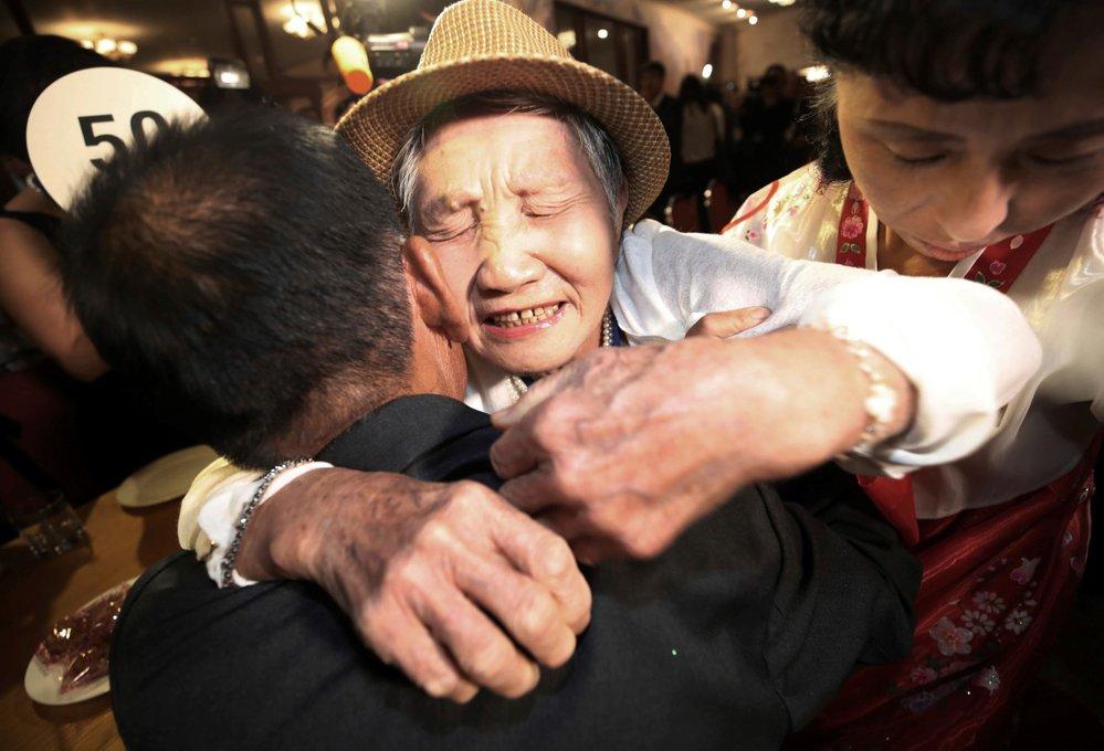 I Kum-son, které je 92 let, se setkala se svým synem. Když ho viděla naposledy, když mu byly čtyři roky. Dnes je mu 71 let.