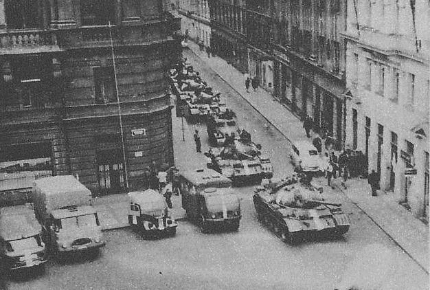 Nástup tanků k parlamentu.