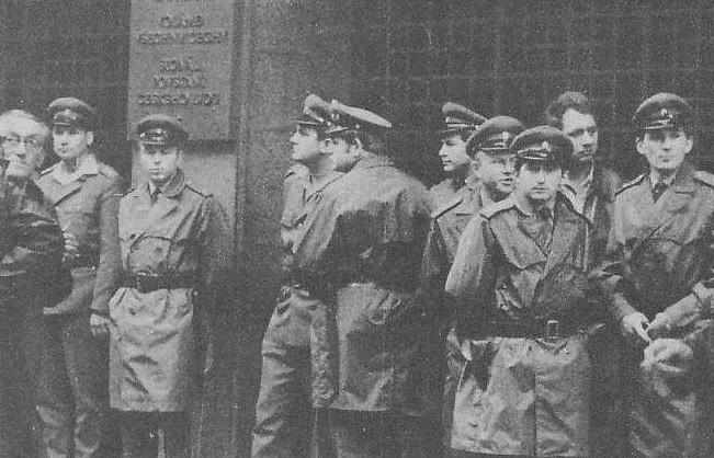 Střežení budovy Československého rozhlasu na Vinohradské třídě příslušníky VB před obsazením.