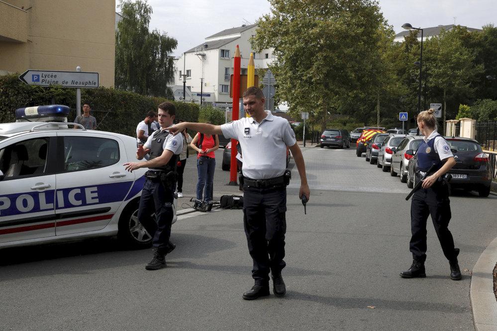 Nedaleko Paříže útočník pobodal několik lidí. Jeden člověk zemřel