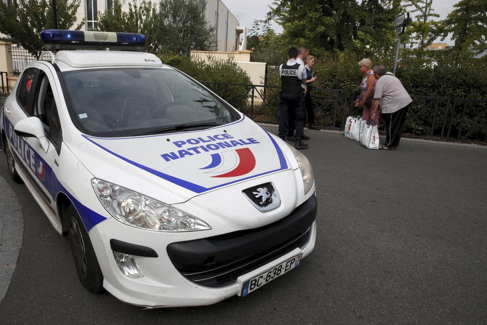 Nedaleko Paříže útočník pobodal několik lidí. Dva lidé zemřeli