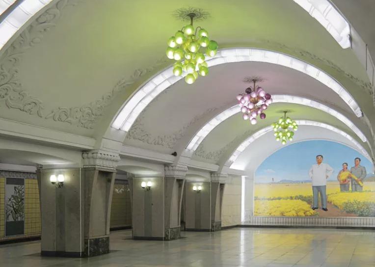 Severokorejské metro je plné propagandy a kýčovité výzdoby