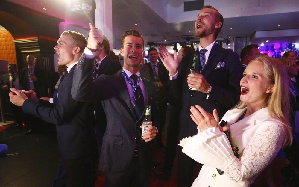 Oslavy ve štábu protiimigračních Švédských demokratů, kteří ve volbách posílili