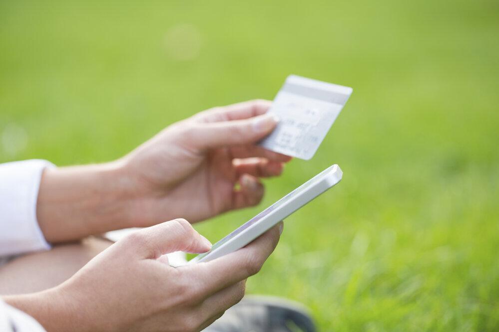 Lidská ruka trpí dlouhodobým nepřirozeným úchopem telefonu